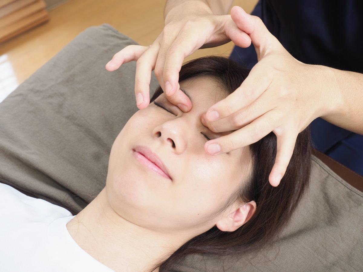 目のケアはサロンのマッサージを定期的に